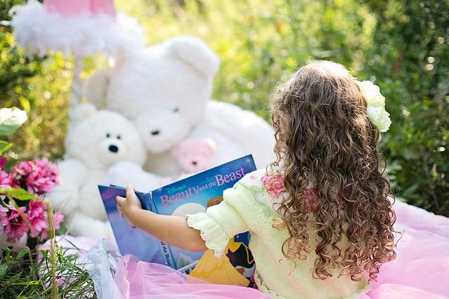 dívka a kniha