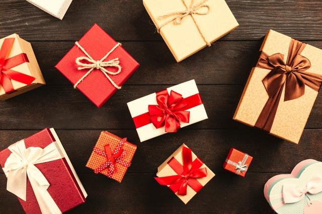 dárky na stole