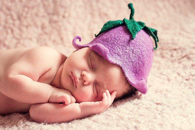 spící novorozenec