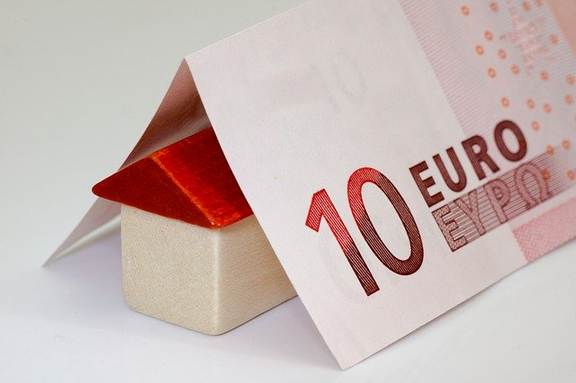 domek přikrytý bankovkami